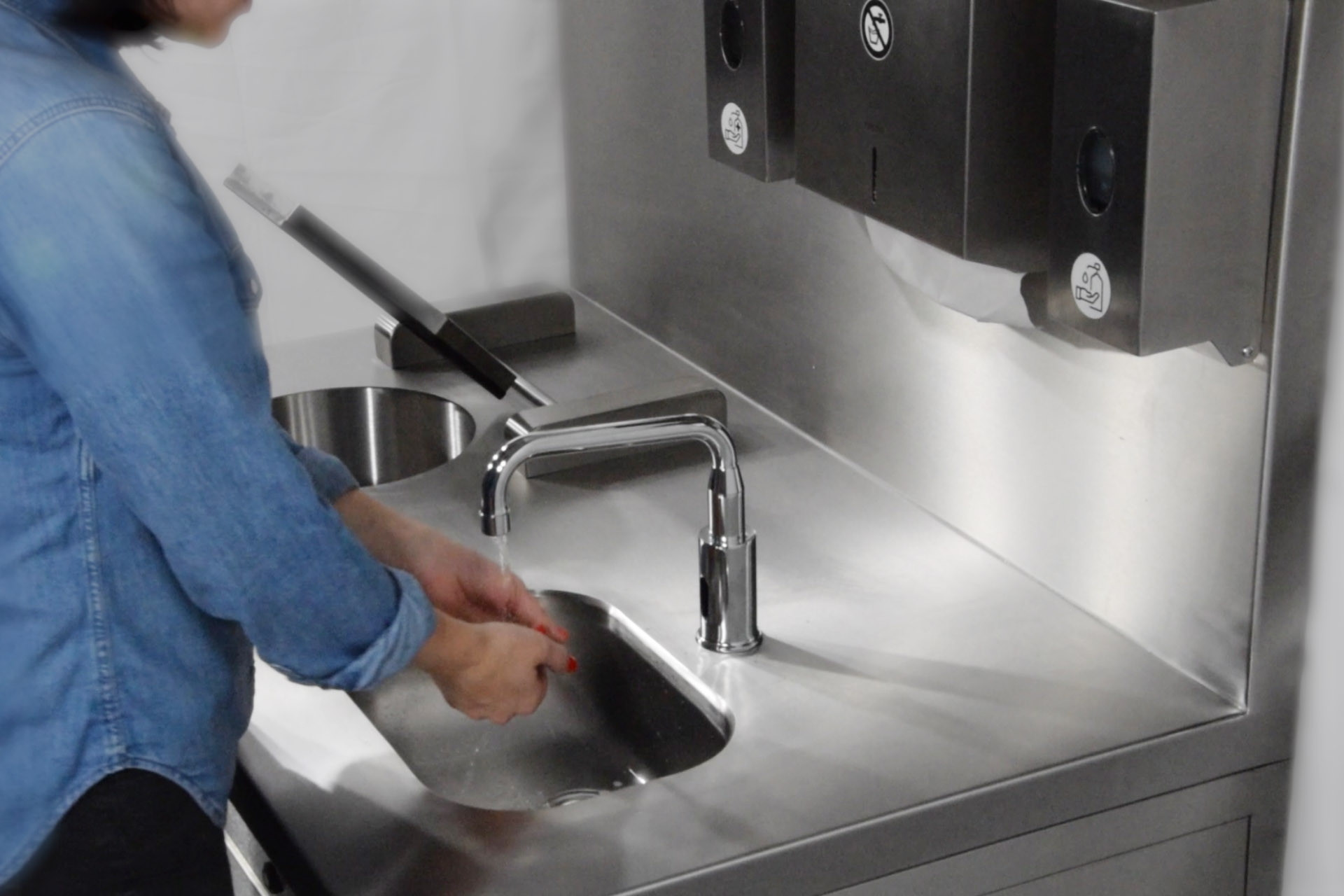 Videos of the PALUX Hygiene Station: Teaser and application example